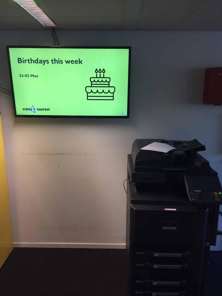 Narrowcasting om de verjaardagen van collega's te zien